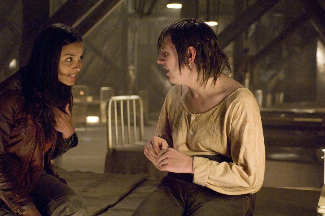 Weil Lisa (Jessica Lucas, l.) ihre vermisste Freundin finden möchte, macht sie sich alleine zu dem Hotel, in dem diese absteigen wollte, auf. Dort... - Bildquelle: 2009 Warner Bros.