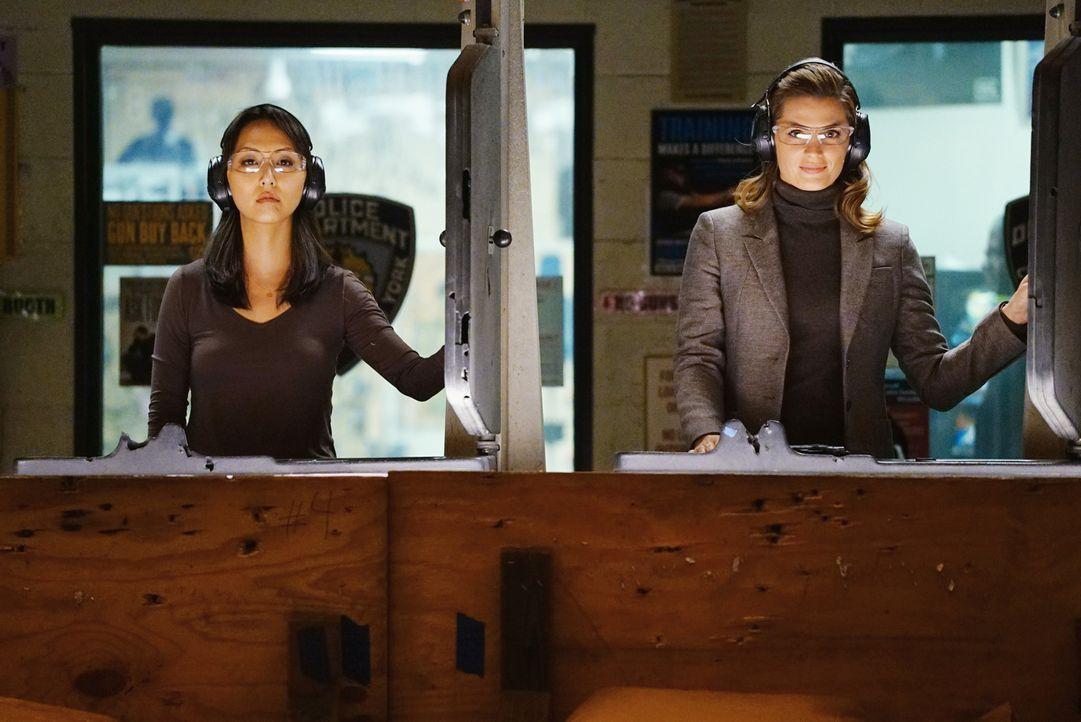 Gerade weil Zhang (Linda Park, l.) eine derartig starke Karrierefrau ist, fühlt sich Kate (Stana Katic, r.) als Versagerin ... - Bildquelle: Richard Cartwright ABC Studios