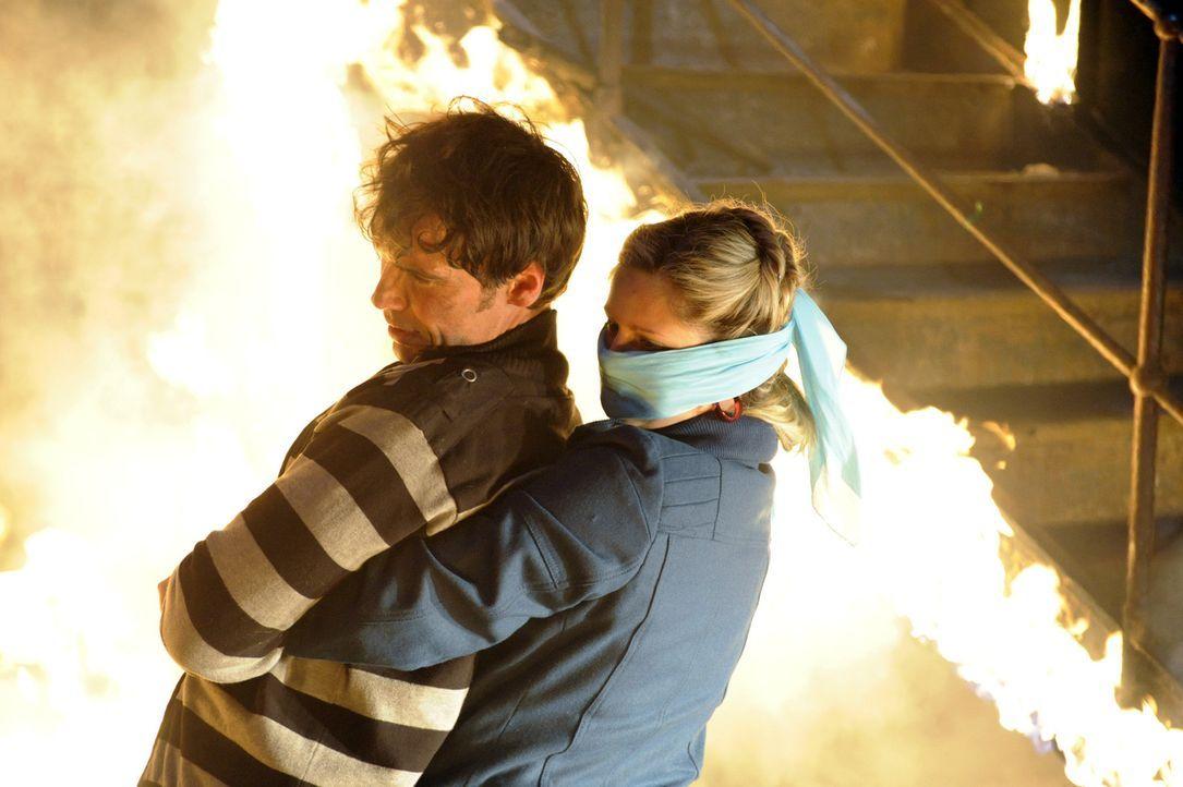 Mia (Josephine Schmidt, r.) mobilisiert all ihre Kräfte, um Alexander (Paul Grasshoff, l.) zu retten. Doch wird sie es schaffen? - Bildquelle: SAT.1