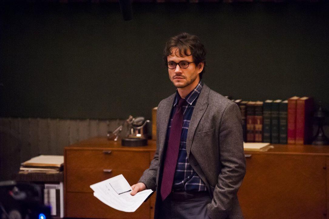 Will Graham (Hugh Dancy) ist mitten in einer Vorlesung, als Jack Crawford hereinplatzt und  ihm von seiner schrecklichen Befürchtung erzählt ... - Bildquelle: Brooke Palmer 2012 NBCUniversal Media, LLC