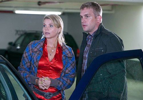 Danni (Annette Frier) versteht sich sehr gut mit dem neuen Security-Mann Sven (Sebastian Bezzel)... - Bildquelle: Frank Dicks - Sat1