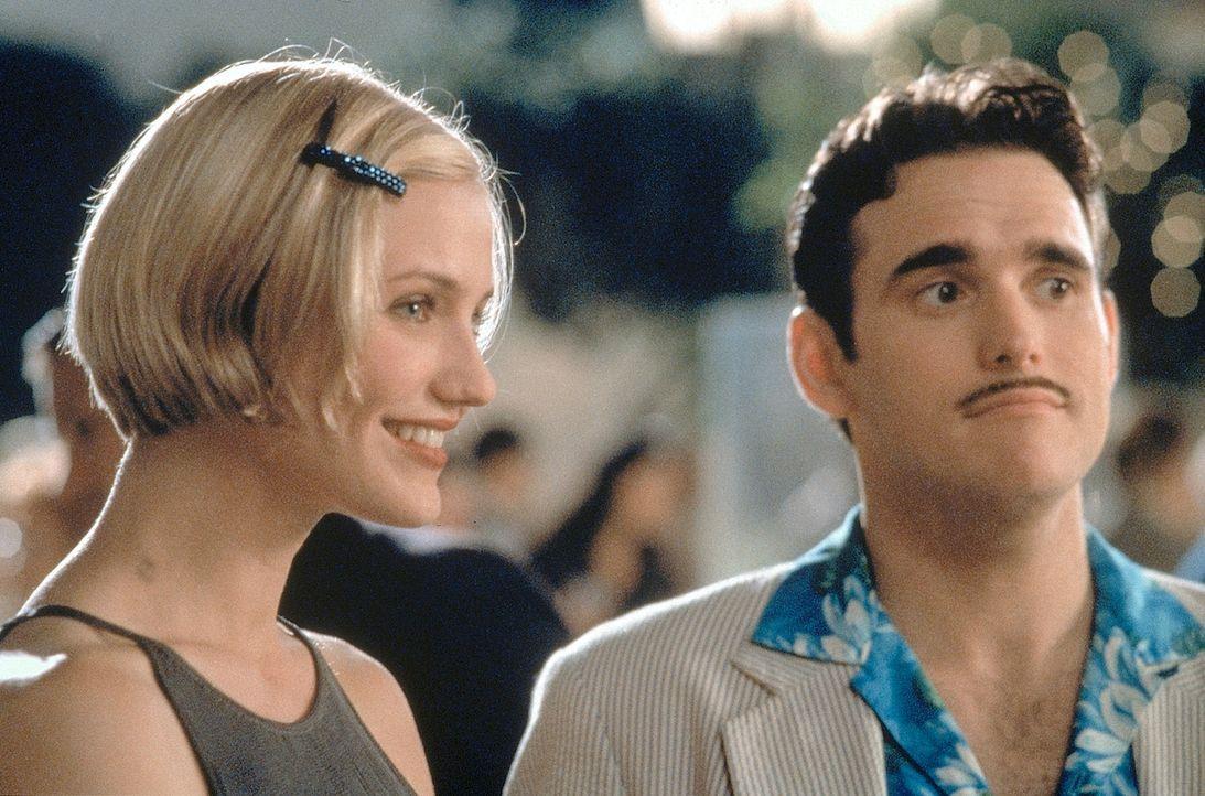Eigentlich sollte Privatdetektiv Pat Haley (Matt Dillon, r.) die schöne Mary (Cameron Diaz, l.) für den tapsigen Ted ausfindig machen. Doch dann wir... - Bildquelle: 1998 Twentieth Century Fox Film Corporation. All rights reserved.