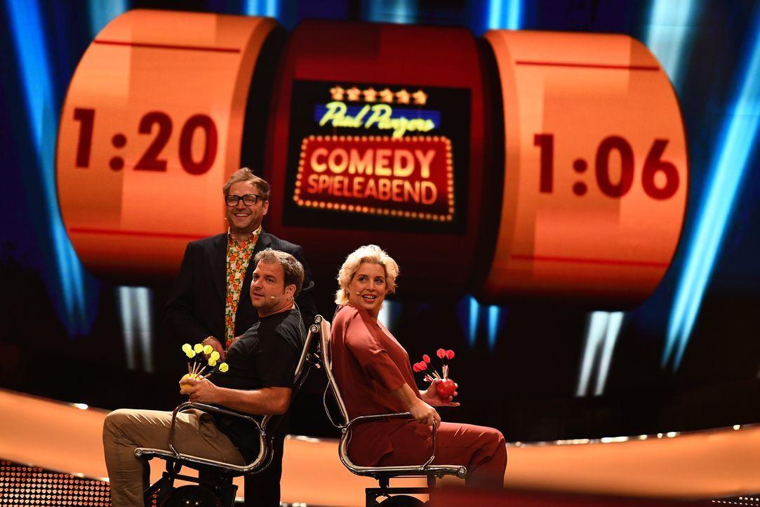 Nicht nur Paul Panzer (hinten) fragt sich, wer das kommende Spiel gewinnen wird: Martin Rütter (l.) oder Elena Uhlig (r.) ... - Bildquelle: Willi Weber SAT.1