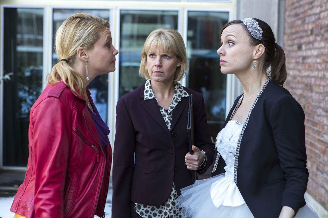 Die Freundinnen Danni (Annette Frier, l.) und Bea (Nadja Becker, r.) geraten in einen heftigen Streit. Doch kann Frau Peikert (Cordula Stratmann, M.... - Bildquelle: Frank Dicks SAT.1