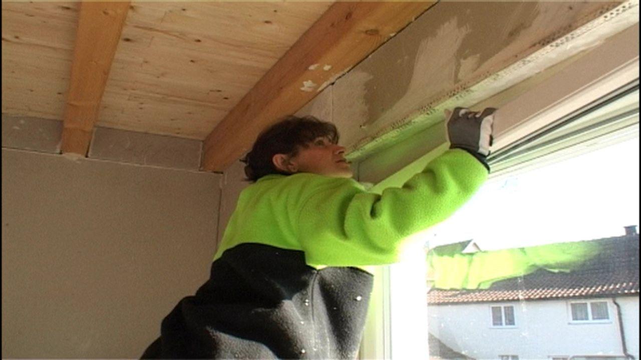 Familie Laberenz baut sich ein Haus, Teil II. Mutter Laberenz prüft, ob das Fenster richtig schließt ... - Bildquelle: SAT.1