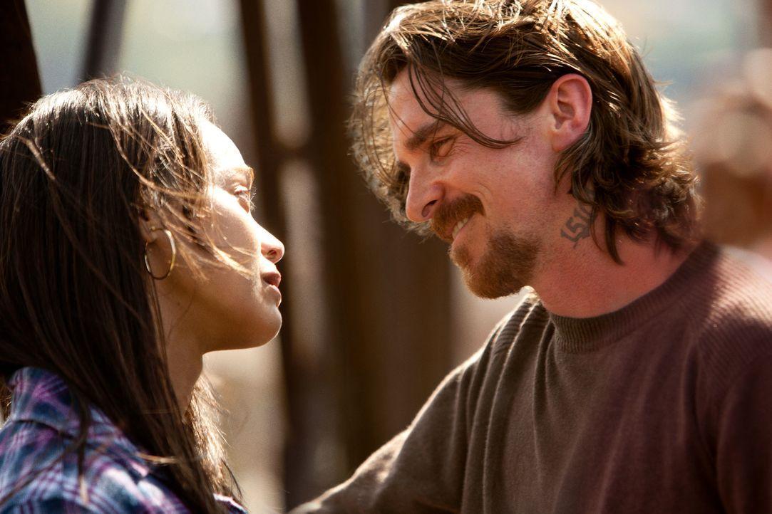 Seit Jahren versuchen Russell (Christian Bale, r.) und seine Freundin Lena (Zoe Saldana, l.), ein normales Leben auf die Reihe zu bekommen. Doch als... - Bildquelle: Kerry Hayes 2012 Relativity Media