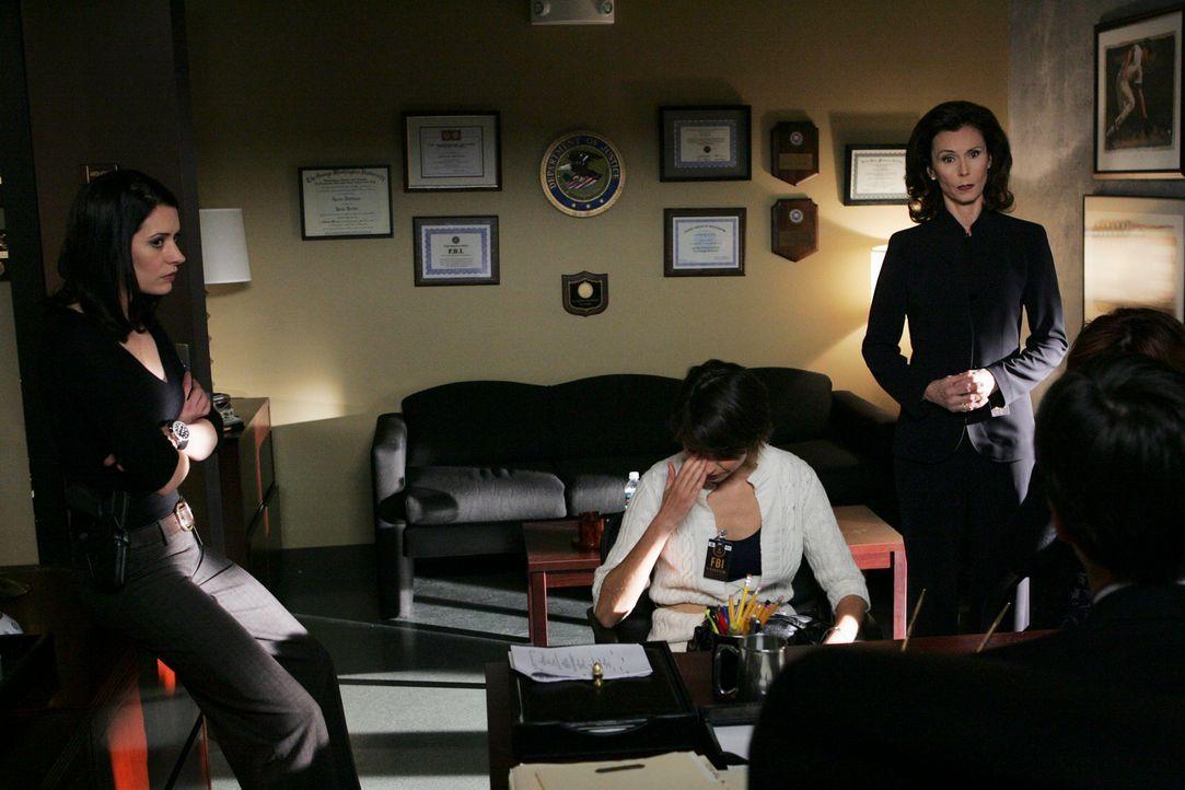 Prentiss' (Paget Brewster, l.) Mutter (Kate Jackson, 2.v.r.) kommt mit zwei russischen Einwanderinnen direkt ins Büro der BAU. Es sind Verwandte ein... - Bildquelle: Touchstone Television