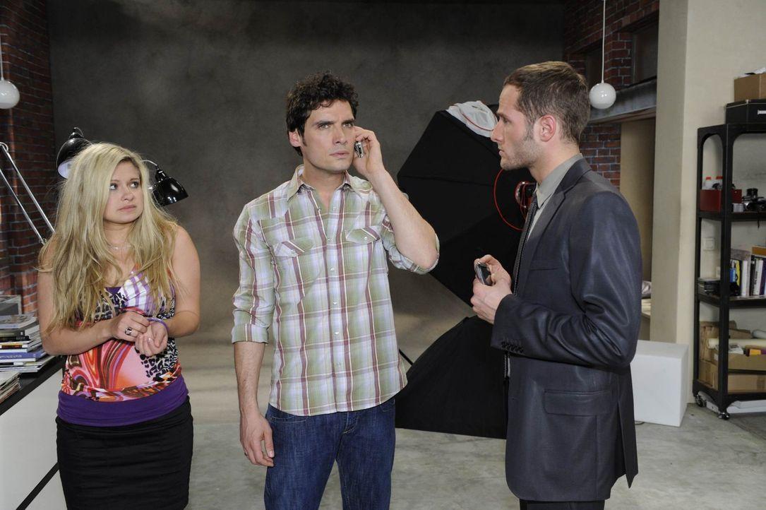 Mia (Josephine Schmidt, l.) und Alexander (Paul Grasshoff, M.) werden beim Schäferstündchen von David (Lee Rychter, r.) erwischt, und erfahren dan... - Bildquelle: SAT.1