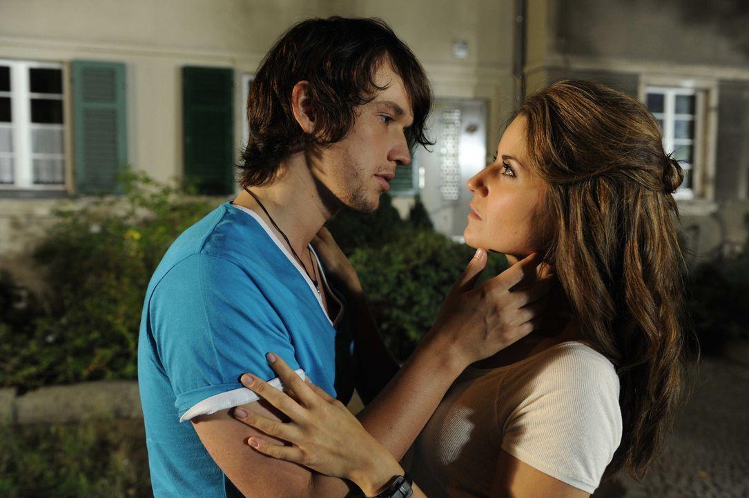 Nach einer leidenschaftliche Nacht beginnt für Bea (Vanessa Jung, r.) ein Spiel mit dem Feuer, denn Ben (Christopher Kohn, l.) ist trotz aller Widr... - Bildquelle: SAT.1