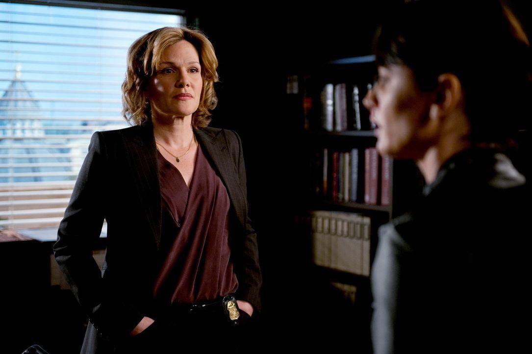 Patrick willigt ein, FBI-Agentin Susan Darcy (Catherine Dent, l.) in einem Mordfall zu helfen, während Teresa (Robin Tunney, r.) und das restliche... - Bildquelle: Warner Bros. Television
