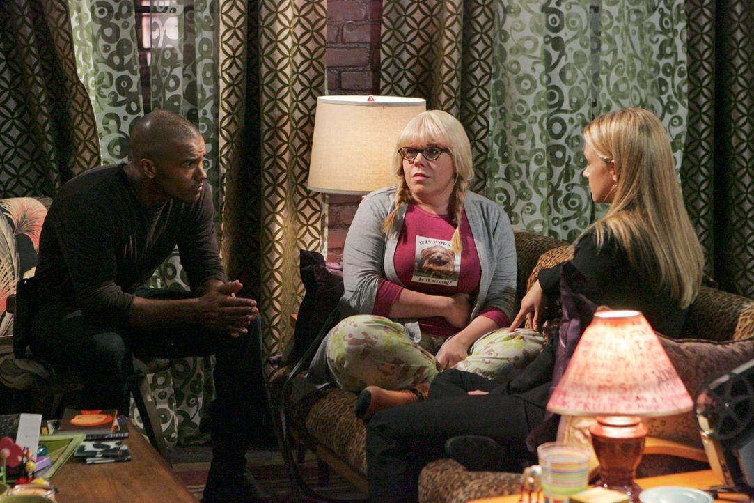 Versuche,n Penelope (Kirsten Vangsness, M.) nach ihrem schrecklichen Erlebnis zu unterstützen: Morgan (Shemar Moore, l.) und JJ (AJ Cook, r.) ... - Bildquelle: Touchstone Television