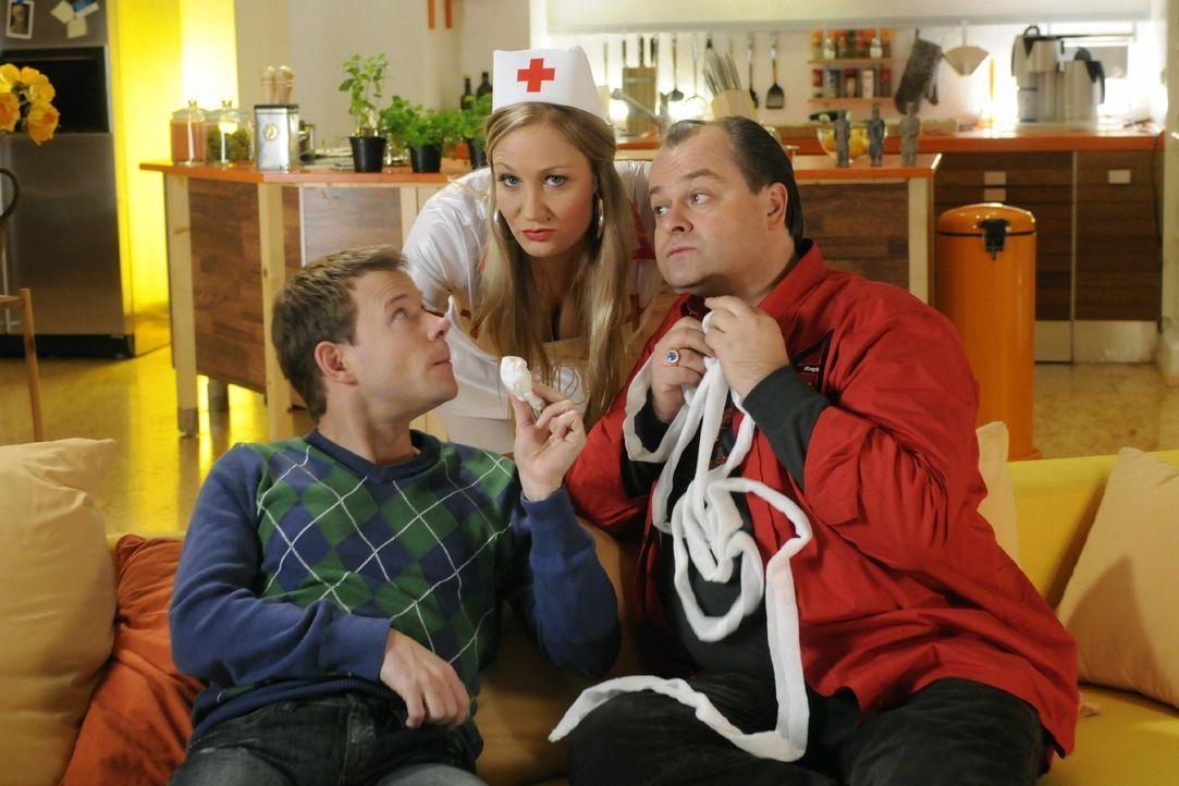 Janine (M.) ist sauer. Sie hat sich für die Mottoparty als Krankenschwester adrett gemacht. Doch Mathias (l.) und Markus (r.) nehmen die Sache nich... - Bildquelle: Sat.1