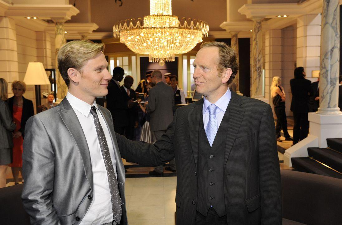 Adrian (Joachim Kappl, r.) lobt Philip (Philip Romann, l.) für seinen Geschäftssinn ... - Bildquelle: SAT.1