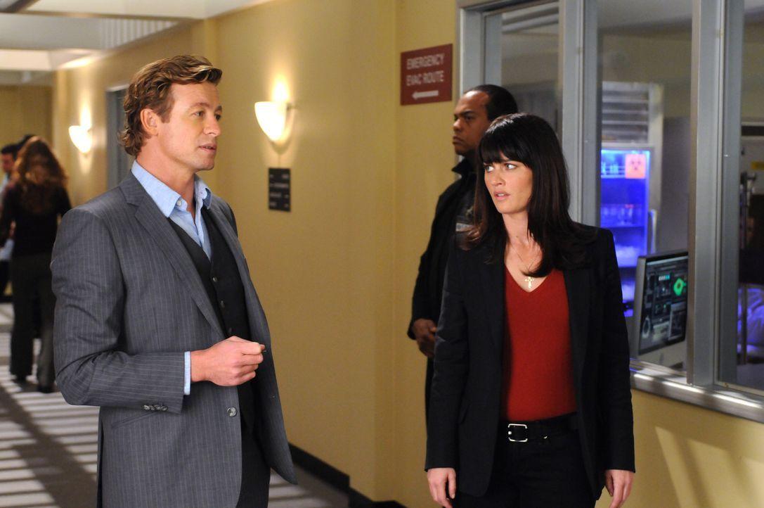 Stehen vor äußerst kompliziertem Fall: Teresa Lisbon (Robin Tunney, r.) und Patrick Jane (Simon Baker, l.) ... - Bildquelle: Warner Bros. Television