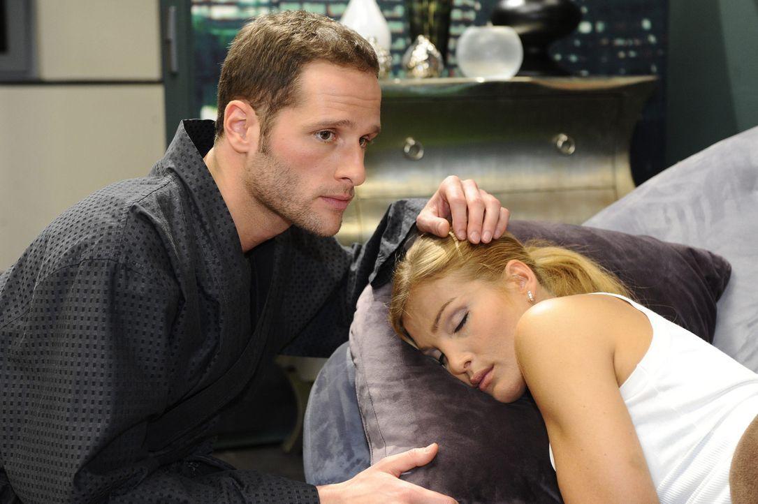David (Lee Rychter, l.) überrascht Annett (Tanja Wenzel, r.) mit einem tiefen Einblick in seine Seele ... - Bildquelle: SAT.1