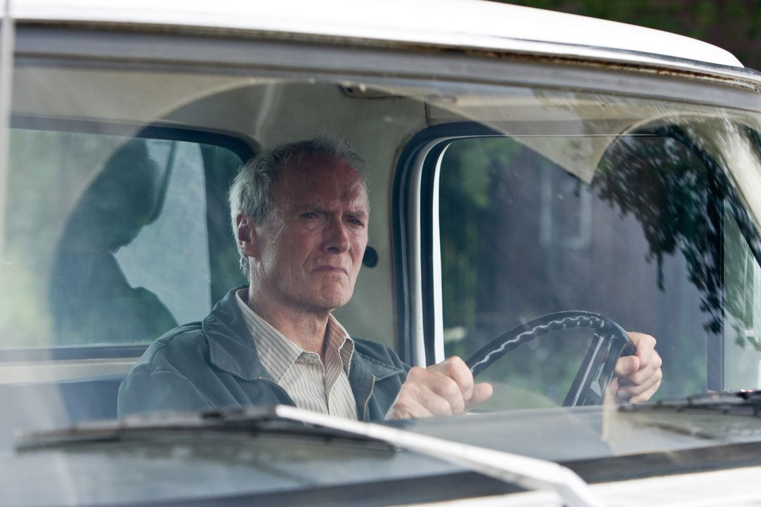 Walt Kowalski (Clint Eastwood) ist ein resoluter Korea-Veteran und jähzorniger Rassist. Frisch verwitwet muss er sich mit seiner asiatischen Nachbar... - Bildquelle: Warner Bros