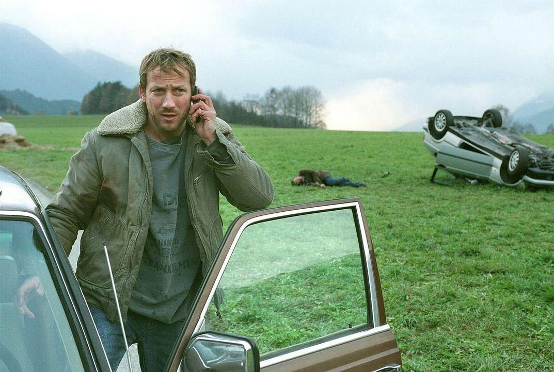 Noah Becker (Wotan Wilke Möhring) ruft einen Krankenwagen und rettet somit seinem schwer verletzten Verfolger das Leben. Um Hinweise auf dessen Ide... - Bildquelle: Andreas Fischer Sat.1