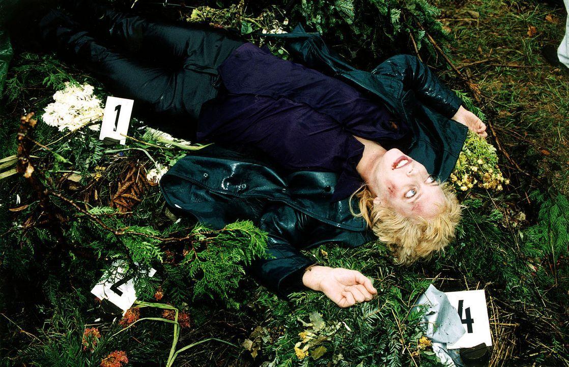 Judith Geigers (Claudia Kindl) Leiche wird nach einer Vollmondnacht bei einer verlassenen Grabstätte im Wiener Wald gefunden. - Bildquelle: Sat.1