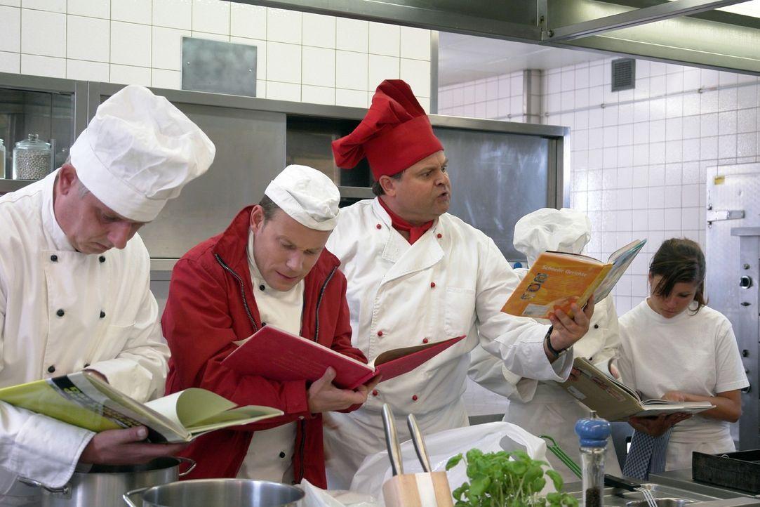 5-Sterne-Koch Markus (Markus Majowski, M.)  schafft es nicht, für seine noblen Restaurantgäste, einen einfachen Hackbraten zu machen, ohne vorher... - Bildquelle: Sat.1