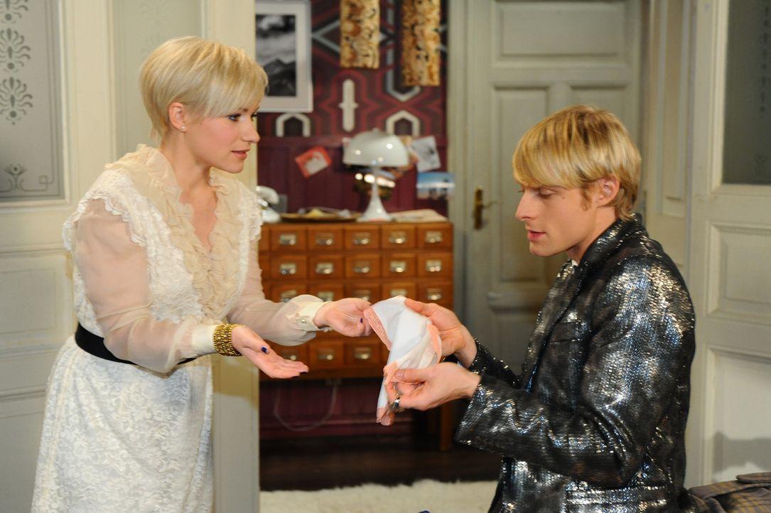Virgin (Chris Gebert, r.) und Paule stecken bis zum Hals in den Hochzeitsvorbereitungen. Dummerweise hat sich dabei ein happiger Fehler eingeschlich... - Bildquelle: SAT.1