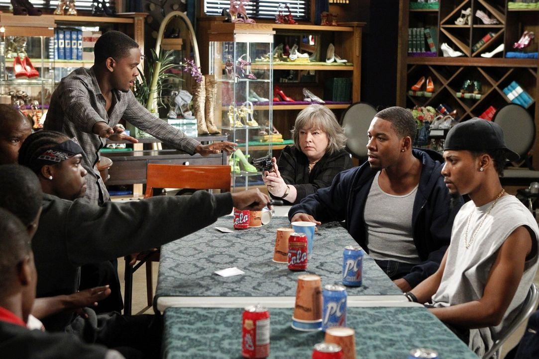 Zwei Gangs liegen im Clinch. Malcolm (Aml Ameen, hinten l.) und Harriet (Kathy Bates, hinten r.) versuchen zu vermitteln. Doch das ist leichter gesa... - Bildquelle: Warner Bros. Television