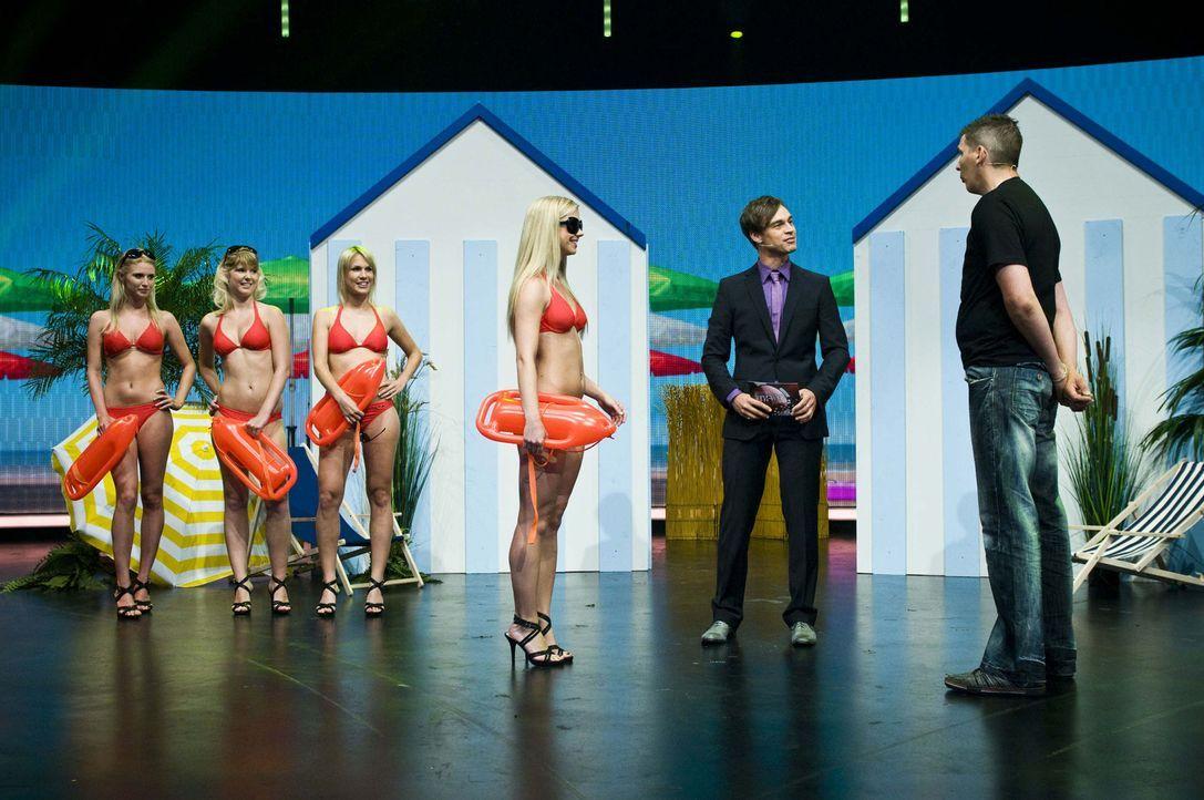 Harro Füllgrabe (r.) stellt dem Kandidaten Marco (r.) ein paar attraktive Damen vor. Doch wie lange wird dieser sich die Namen der Badenixen merken... - Bildquelle: SAT.1