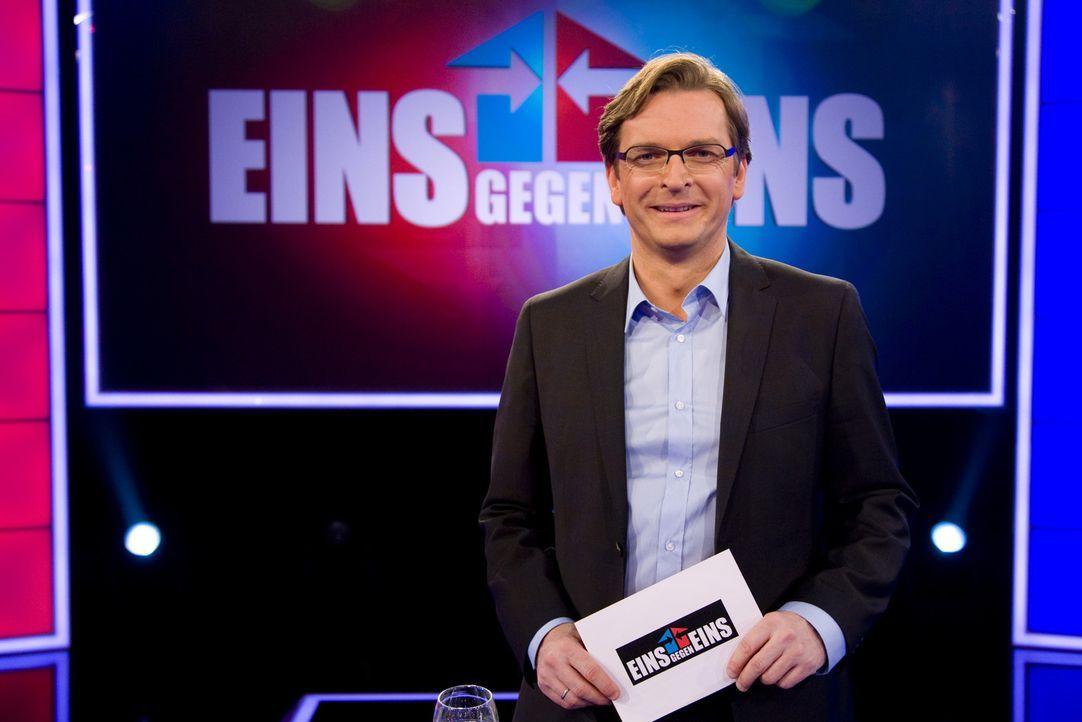"""Bei """"Eins gegen Eins"""" empfängt Claus Strunz jede Woche zwei prominente Kontrahenten zum Rededuell ... - Bildquelle: SAT.1"""