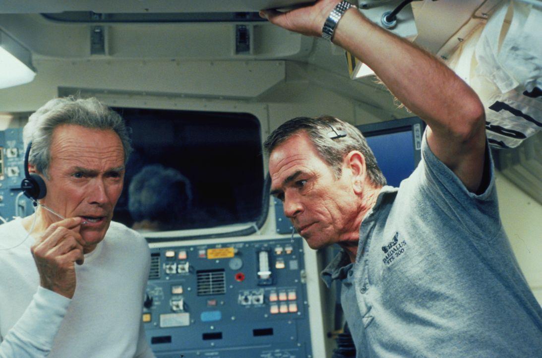 Frank (Clint Eastwood, l.) und Hawk (Tommy Lee Jones, r.) sind nach 40 Jahren wieder im Weltall. Die Aufgabe, die sie dort zu erfüllen haben, ist je... - Bildquelle: Warner Bros. Pictures