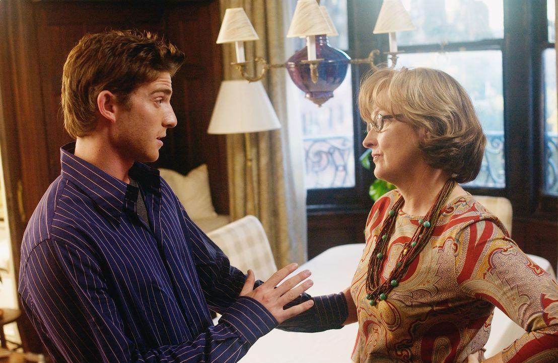 Die Metzgers (Meryl Streep, r.) sind tief in den jüdischen Traditionen verwurzelt. Eine Beziehung des Sohnes (Bryan Greenberg, l.) mit einer nichtjü... - Bildquelle: TOBIS FILM