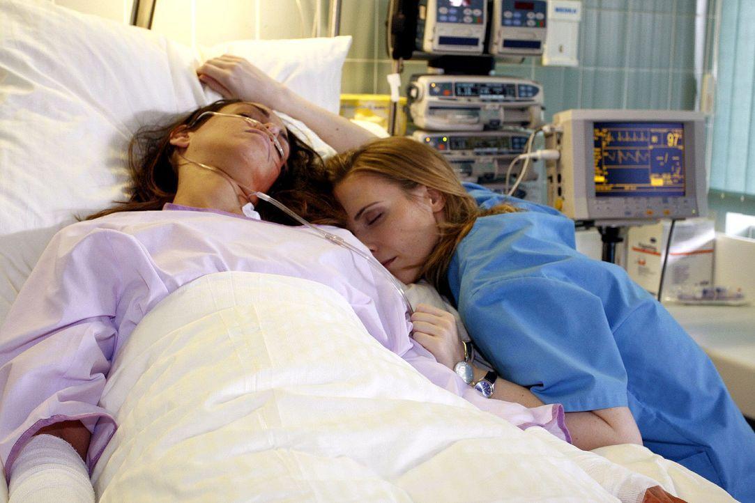Luisa (Jana Voosen, r.) sorgt sich um ihre Schwester Anna (Nadine Brandt, l.) und will nicht glauben, dass sie unter einer Psychose leidet. - Bildquelle: Noreen Flynn Sat.1