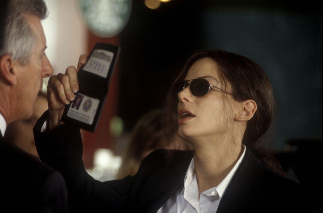 Von Kindesbeinen an setzt Gracie Hart (Sandra Bullock, r.) lieber auf schlagkräftige Argumente als auf weibliche Reize. Eine Politik, die sie auch a... - Bildquelle: 2000. Warner Brothers International Television Distribution Inc.