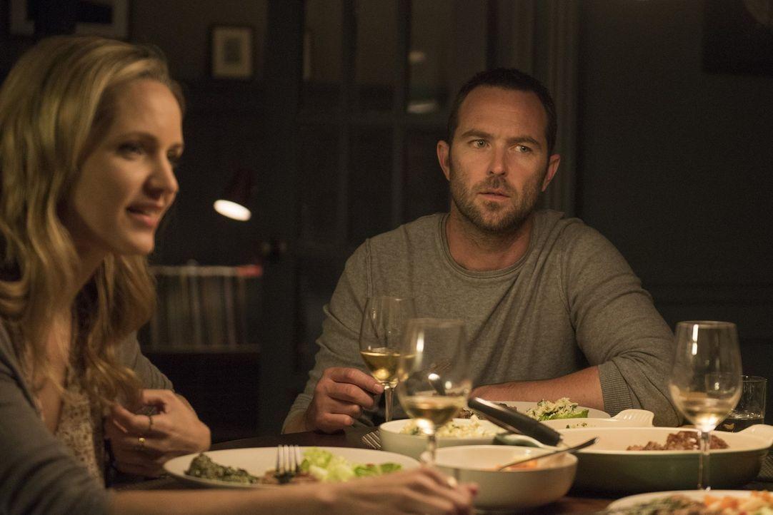 Weller (Sullivan Stapleton, r.) und seine Schwester Sarah (Jordana Spiro, l.) sind fest davon überzeugt, dass Jane ihre ehemalige Nachbarin Taylor i... - Bildquelle: Warner Brothers