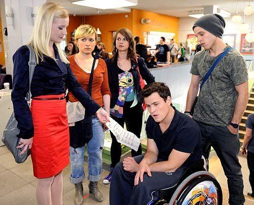 Emma, Jenny und Bodo werden Zeuge, als Helena Schmidt Heisig Timo von der Schule schmeißt ... - Bildquelle: Christoph Assmann - Sat1