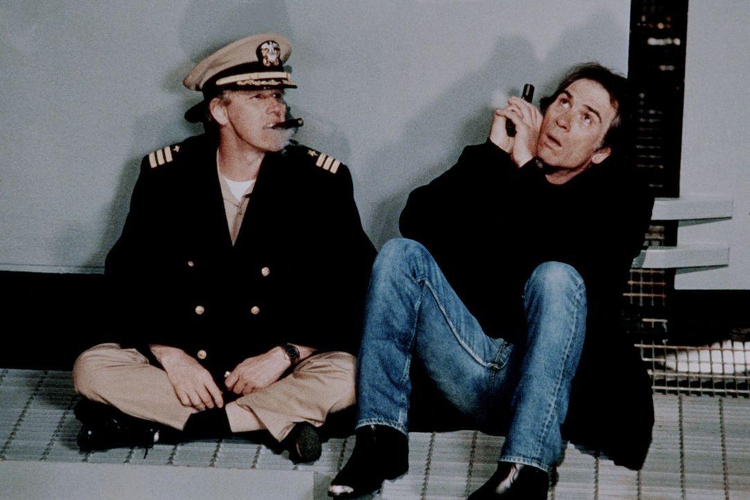 Die Freude, dass sie das Schiff in ihre Gewalt gebracht haben, währt nur kurz: Denn Strannix (Tommy Lee Jones, r.) und Krill (Garey Busey, l.) müs... - Bildquelle: Warner Bros.