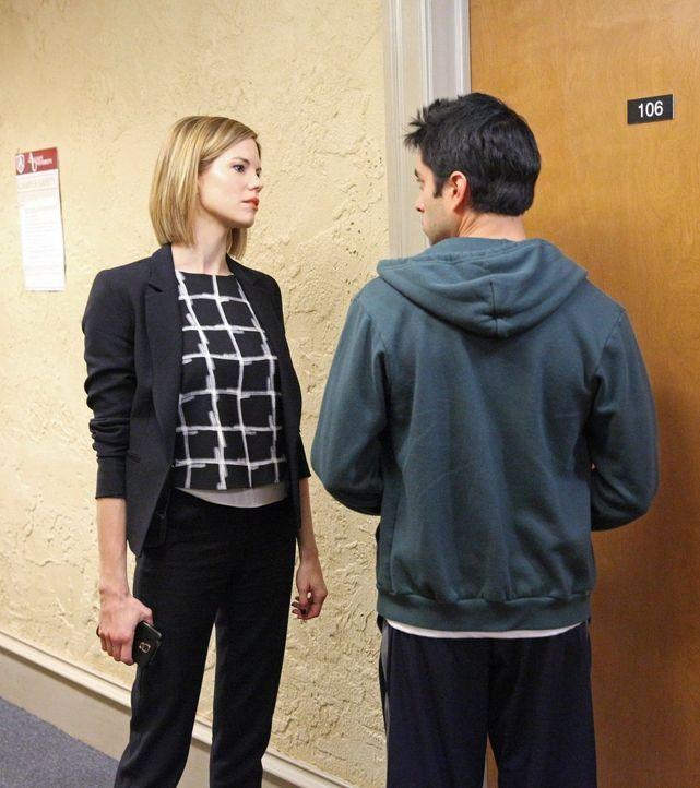 Um Beth zu helfen, ermittelt Janice (Mariana Klaveno, l.) im Wohnheim, in dem Beths Stalker lebt. Doch wird sie dort etwas herausfinden können? - Bildquelle: Warner Bros. Entertainment, Inc.
