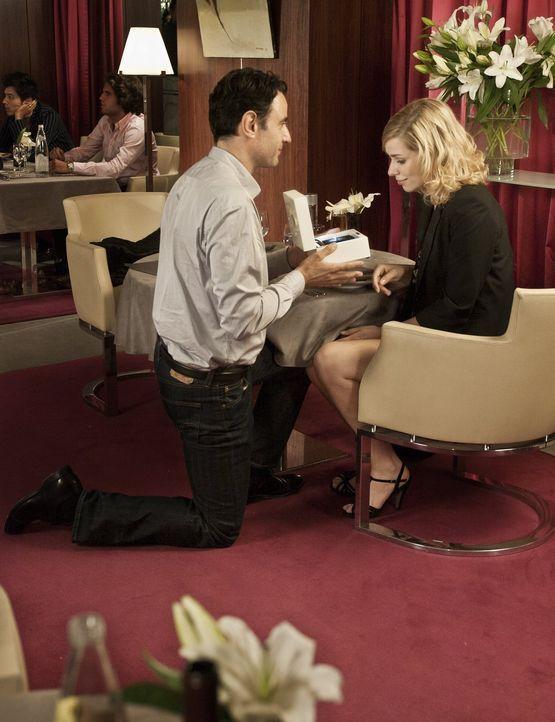 Missgeschicke hin oder her: Paolo (Vincenzo Amato, l.) und Greta (Nora Tschirner, r.) sind bei ihrer Verlobung überglücklich ... - Bildquelle: Warner Bros.