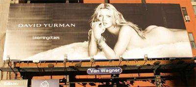 Und mit diesem Kate Moss Plakat sorgte Bloomingdale's in New York City für jede Menge Unfälle...