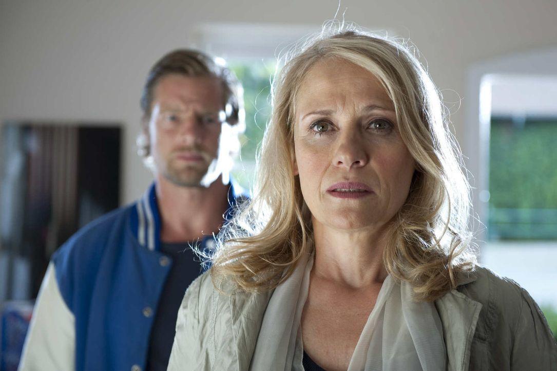 Nachdem ihr Sohn ermordet wurde, nimmt Annegret Falz (Alexandra von Schwerin, r.) Mick (Henning Baum, l.) das Versprechen ab, den Mörder um jeden P... - Bildquelle: SAT.1