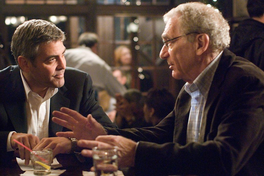 Bei Arthurs Beerdigung wird Michael (George Clooney, l.) immer mehr klar, um was sich sein Chef Marty Bach (Sydney Pollack, r.) eigentlich sorgt: ei... - Bildquelle: Constantin Film Verleih GmbH