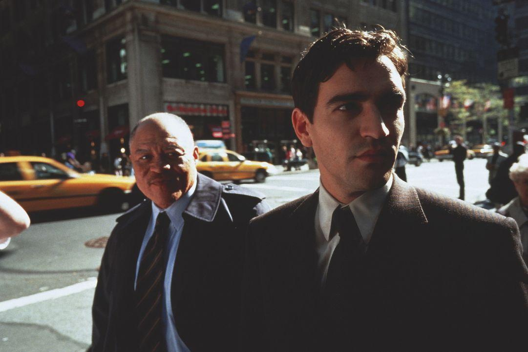 Maya versucht alles um den ungläubigen Starreporter Peter (Ben Chaplin, r.) vor dem Teufel zu schützen ... - Bildquelle: Kinowelt Filmverleih