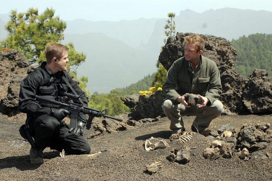 Machen sich auf die Jagd nach den spektakulären Tieren: Ryan (Mark Wakeling, l.) und  Cutter (Douglas Henshall, r.) ... - Bildquelle: ITV Plc