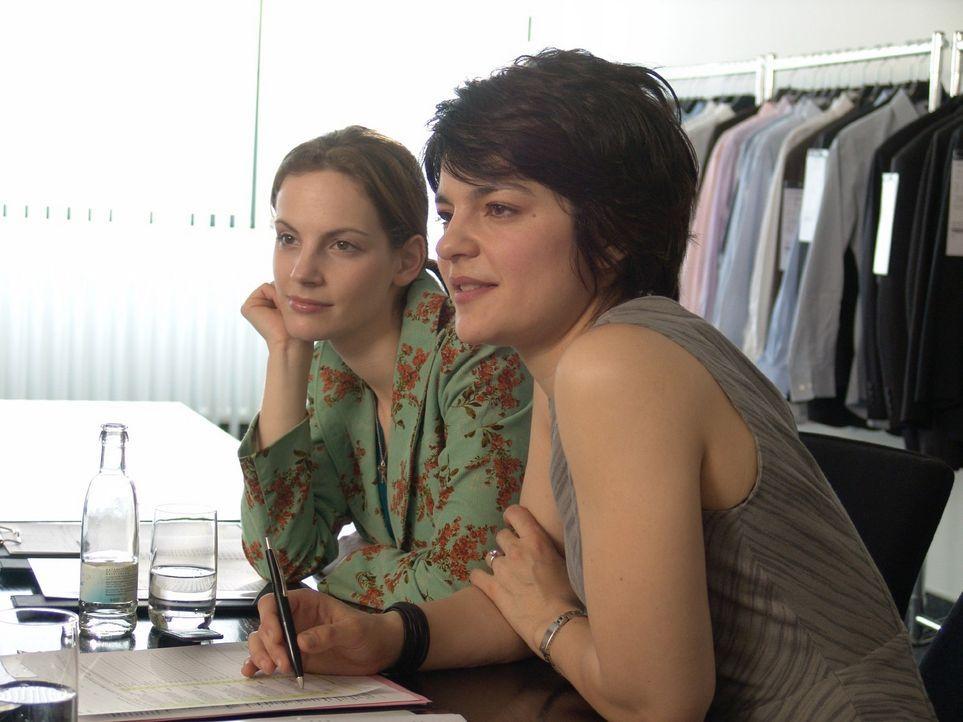 Andrea (Marie Zielcke, l.) und Günes (Jasmin Tabatabai, r.) begutachten die neue Kollektion. - Bildquelle: Sat.1