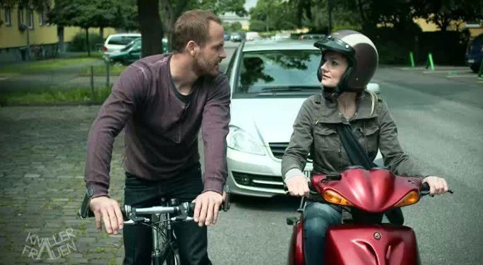 Knallerfrauen flirten im straßenverkehr