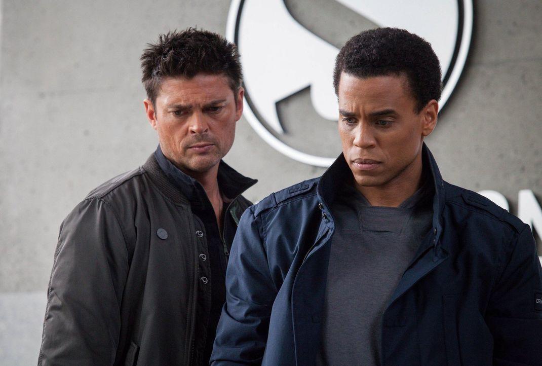 John (Karl Urban, l.) und Dorian (Michael Ealy, r.) müssen gefährliche Geiselnehmer stoppen, doch dessen Methoden sind sehr ausgereift ... - Bildquelle: Warner Bros. Television