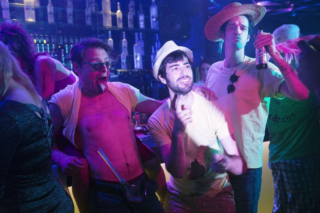 Party Time! Für Nuri (Samy Challah, M.) haben Simon (Max Giermann, l.) und Jacob (Max von Thun, r.) einen Jungesellenabschied organisiert ... - Bildquelle: Marc Reimann Constantin Film Verleih GmbH/Marc Reimann