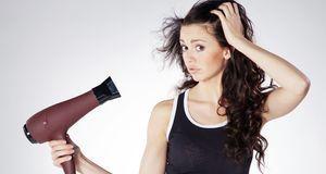 Trockene Kopfhaut durch heißes Föhnen? Auch das kann die Ursache für Schuppen...