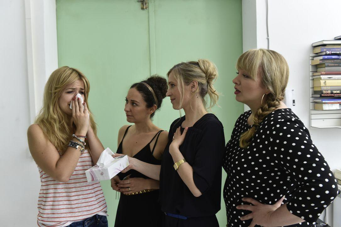 Bekunden ihre Solidarität mit Mila (Susan Sideropoulos, l.): (v.l.n.r.) Isis (Shirin Soraya), Janna (Nicole Ernst) und Babsi (Vera Soraya) ... - Bildquelle: Claudius Pflug SAT.1