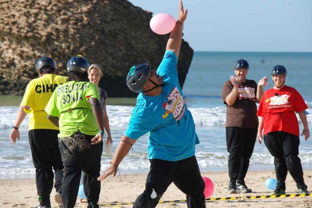 Bei der Luftballonjagd am Strand geben die Kandidaten alles. Den Gewinnern der Wettkämpfe winkt auch dieses Mal wieder eine Belohnung. - Bildquelle: Enrique Cano SAT.1