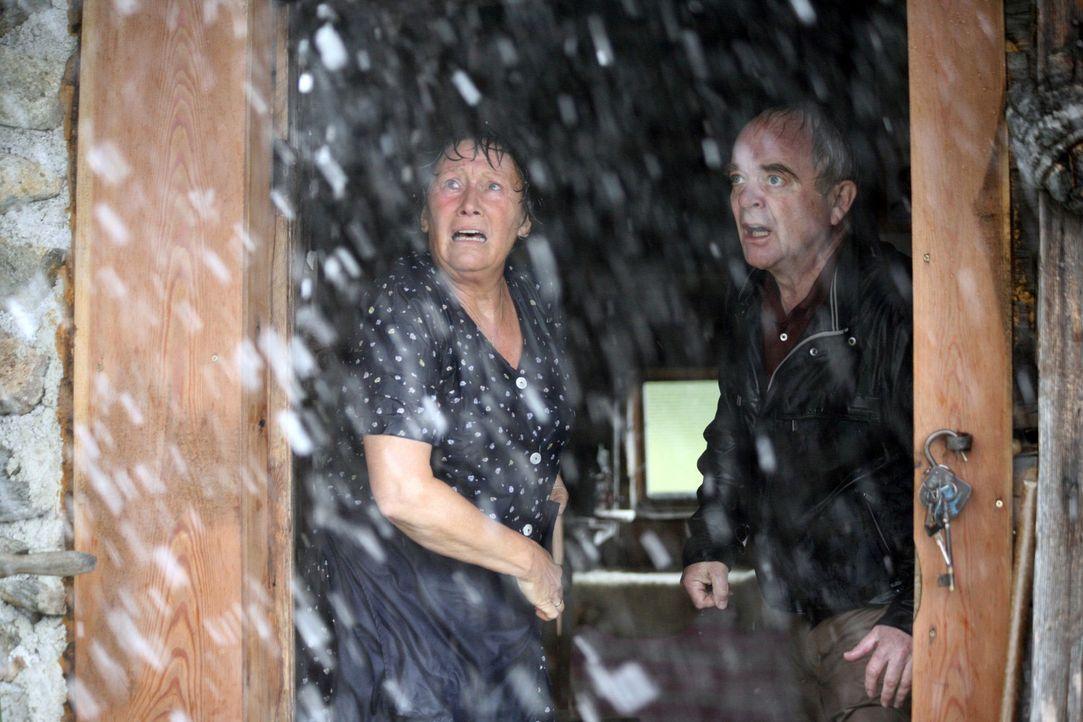 Friedrich (Götz Burger, r.) und Rosel (Hertha Schell, l.) hoffen auf Rettung vor dem Gewittersturm ... - Bildquelle: Sat.1