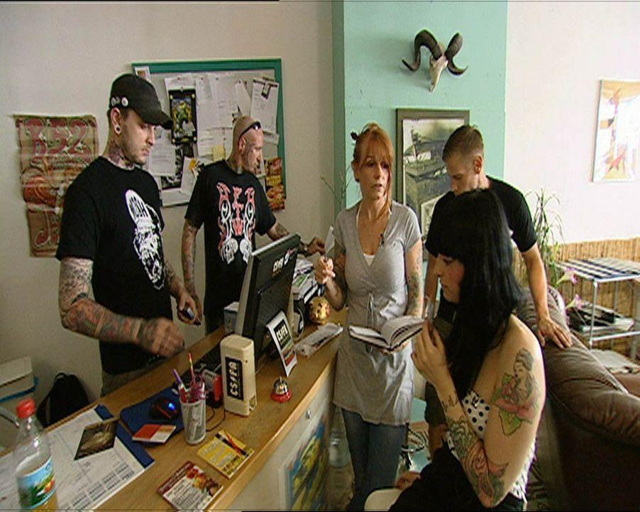 Die Piek-Asse vom Tattoo-Shop: Jenny B. (M.) und ihr Team ... - Bildquelle: SAT.1